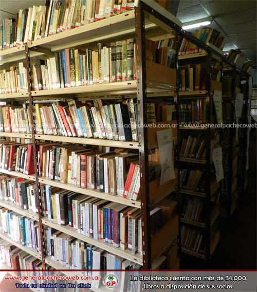 La biblioteca cuenta con más de 34.000 libros
